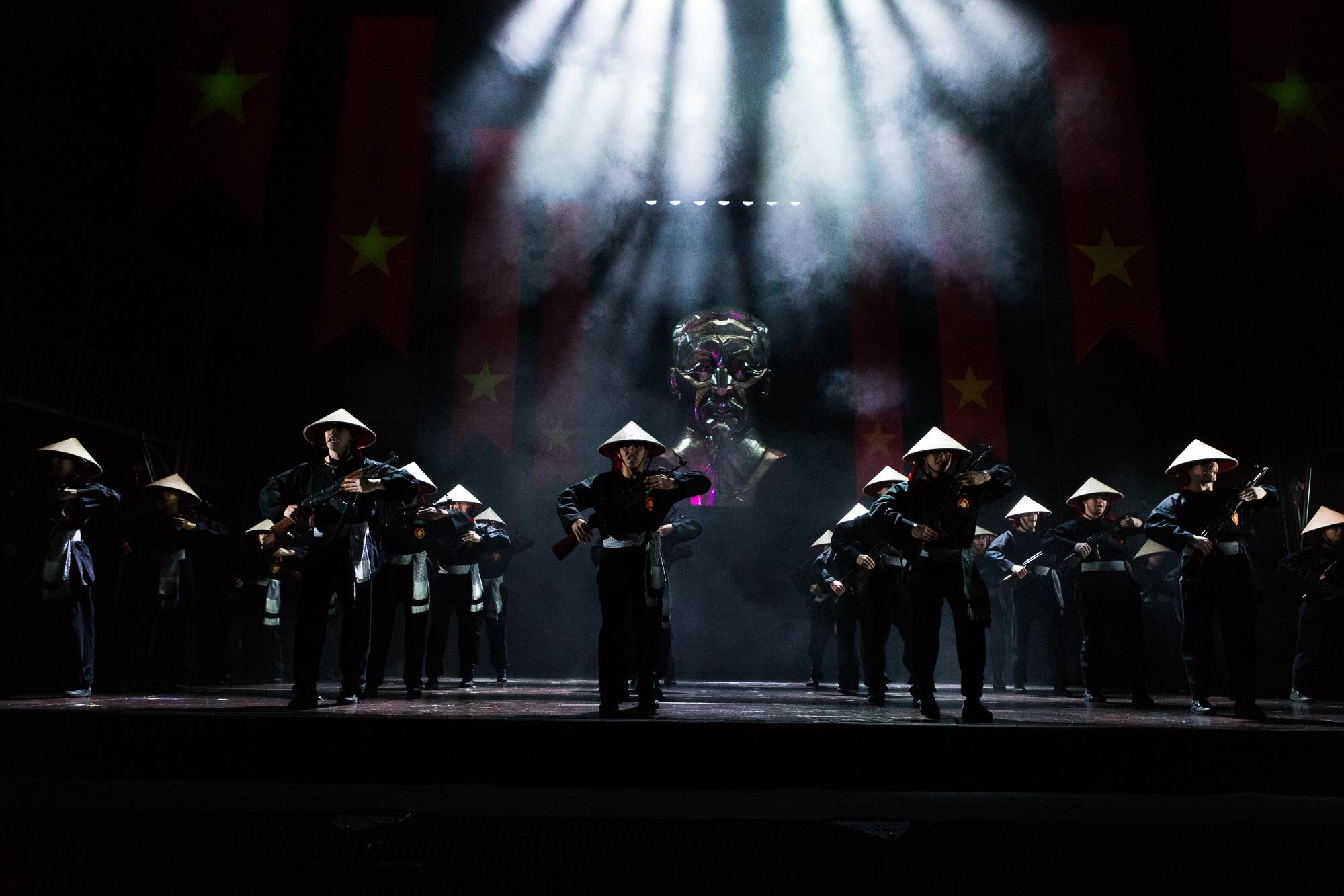 """Ensemble """"Miss Saigon"""""""